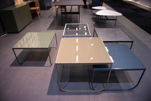 Asplunds Tati-bord i nya färgställningar får gärna stå tillsammans på satsbordsvis, där varje bord fått sin egen nyans av blått, grått och grönt.