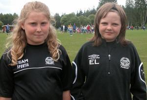 Gillar fotboll. - Det är kul att spela fotboll och att umgås med laget, säger Susanna Gustavsson och Elin Lindborg som åkt till Vansbro från Sandviken.