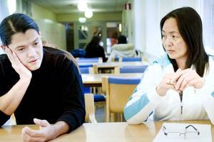 NYA i SVERIGE. Oswaldo Linares och Emerlinda Bernardo läser på SFI och drömmer om riktiga jobb.