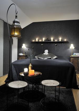 Rofyllt och sobert i svart. Det exklusiva sovrummet går i svart och brons. Sittgruppen i förgrunden flyttar in på vintern och ut på terrassen sommartid. Foto : Jonas Bilberg