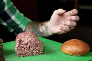 Köttet mals i tjocka strån och skärs så att fibrerna kommer uppåt. Resultatet blir möra hamburgare som faller isär när man tar en tugga. Brödet ska motstå köttsaften och samtidigt behålla konsistensen.