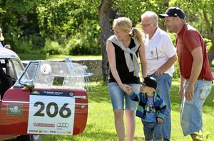 Bilkoll. Lindesbergarna Elenor Persson, Eriks Svensson och deras son Felix, två år, passade på att titta på bilarna.