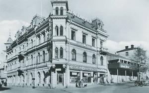 Östersund hade knappast någon mer anslående byggnad än Grand hotel, på den plats där Storsjöteatern i dag ligger. Till höger, på pelarna, syns Grands veranda.