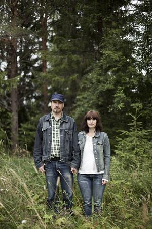 Paret Göran Lindström och Carina Landin bildar tillsammans gruppen Landstrom. Onsdag 19 augusti släpper de sitt nya album