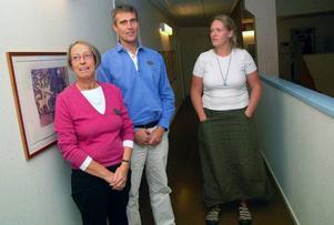 Skolhälsovårdschef Agneta Lund Kristiansen, gymnasiechef Fredrik Bergh och elevhemssamordnare Angelica Faktus är mycket måna om att inte skrämma upp folk efter svininfluensafallet. Skolledningen följer noga Socialstyrelsens direktiv och försöker informera så korrekt som möjligt.  Foto: Elisabet Rydell-Janson