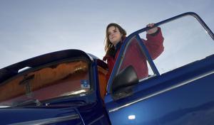 Emma Karlsson gillar fordon, att köra men inte så mycket att meka. Här vid sin klarblå Epa-traktor.