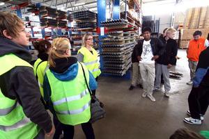 Företagsbesök. Phetra Ericsson, personalchef, visar nior från Karlsängskolan runt på Europrofil.