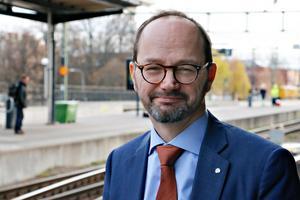 infrastrukturminister Tomas Eneroth avslöjade under ett besök i Avesta att Socialdemokraterna vill satsa 500 miljoner mer per år på vägarna i landsbygden.