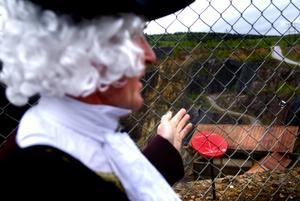 Avtäckning. Skylten som beskriver att Carl von Linne var vid Falu gruva avtäcktes i går, främst av Sven Olsson och Erik Arrhen.