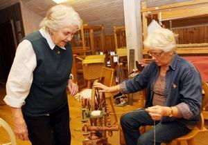 Lilian Jonsson får instruktioner av Signe Olsson.
