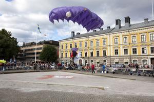 Fallskärmshopparen Sven Pettersson landar på kulringen.