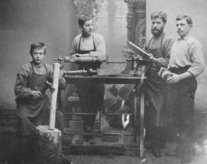 FÖREGÅNGARNA. Svarvare Persson i Gävle, verksam i 1800-talets Gävle, drev svarveri och paraplymakeri. Där började Gustav Ögren som lärling 1893 när han var 14 år.