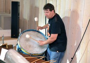 Förutom en gammal skrivmaskin som slagverk i föreställningen har sin fylld med traditionella rytminstrument David Kangasniemi.