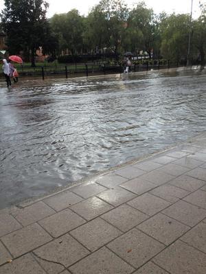 Översvämning i går, tisdag, mitt i Falu centrum på Östra Hamngatan.