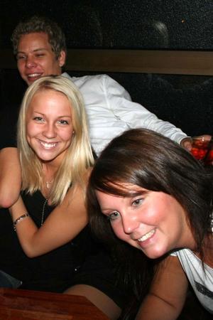 Blue Moon Bar. Sebastian, Denise och Sara