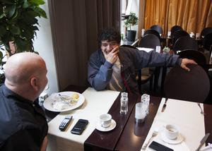 Michael Hadjimichael och Georgios Orfanopoulos äter ofta lunch tillsammans på restaurant Opus där Georgios jobbar. De diskuterar ofta Grekland.