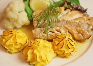 Pumpa- och potatismos spritsas till vackra toppar, gott till smörstekt torskrygg. Klart annorlunda sätt att äta pumpa på.