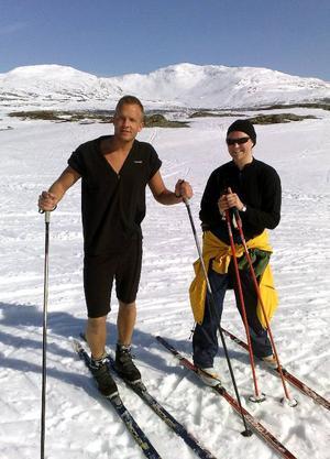 Syskonparet Cecilia och Christoffer Kivling, från Upplands Väsby respektive Kumla, på väg tillbaka till Ullådalen efter turen till Lillåstugan. Foto: Elisabet Rydell-Jansson