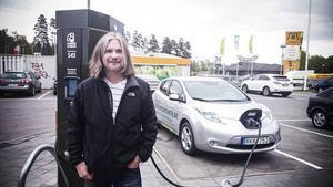 Elbilen, Nissan Leaf, laddas för fullt. Med snabbladdaren behöver Thorsten bara vänta i 20 minuter innan de kan fortsätta sin resa.