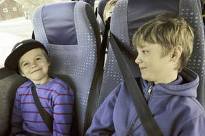Theo Andersson och Ante Sivertsson åker dagligen till skolan med buss.