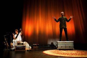 """Mark Levengood uppträder ikväll med sin föreställning """"Mark och hans värld"""" på Gamla teatern. Med sig på scen     har han jazzmusikern Per """"Texas"""" Johansson. Foto: Pär Kjellén"""