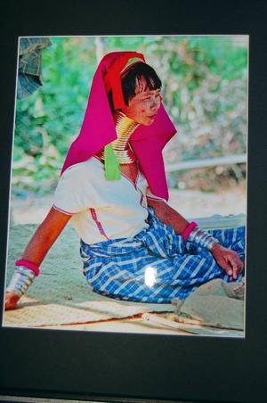 Kvinna från Burma. Plågsamma halsringarna, orsakar klåda och irritationer i värmen. Kvinnorna kan inte heller ta av dem utan att riskera att kvävas, berättar Roland Lithander. Foto: ROLAND LITHANDER.