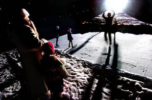 Graciöst. Unga konståkerskor, med tränaren Lotta Falkenbäck i spetsen, visar konster på isytan i Gropens botten