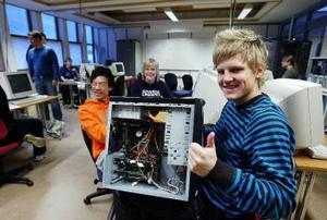 Jonathan Nordin tycker att undervisningen på Västermalm är toppen bra. Klasskamraterna Steven Liu och Sandra Björk håller med. I bakgrunden läraren Mikael Andersson.