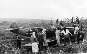 Tyskarnas framgångar i början av kriget på östfronten berodde i hög grad på att man tidigt uppnådde luftherravälde. Men flygplansförlusterna var ändå betydande. På bilden har civila samlats runt ett nedskjutet tyskt jaktplan.    Foto: APN/TT