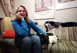 Författaren Helena von Zweigbergk och den holländska vallhunden Ludde väntar på sin tur att vid Bokafton berätta om sitt skrivande.