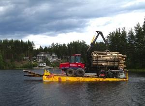 Virkestransport. Under hela veckan har pråmen med tung last gått i skytteltrafik mellan Morkarlön och fastlandet (Foto: STEFAN KNUTSSON)