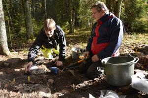 Gräver. Arkeolog Martin Edlund och Ronny Andreasson undersöker fynden i husgrunden.