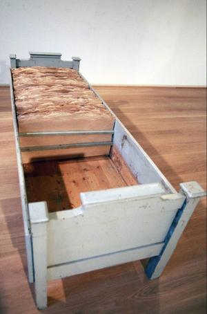 Papper kommer ur samma trästam som soffan, Christina Langert utforskar rum och mänskliga spår på Ahlbergshallen