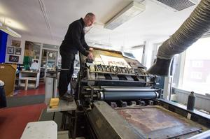 Den gamla maskinen från 1800-talet fungerar fortfarande visar Kenneth Stenholm.
