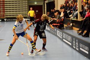 IBF Faluns Ingela Hansson i kamp med RIG Umeås Andrea Claesson.