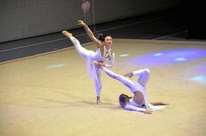 """Samarbete. Frida Persson och Anastassia Johansson tog hjälp av varandra i sitt uppträdande som gick under namnet """"Pompeji""""."""