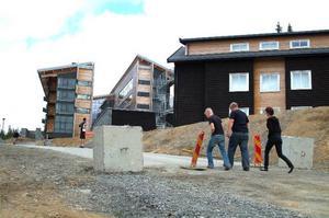 Det nedstängda Copperhillhotellet har blivit något av en turistattraktion i Åre. Besökare – både utländska och svenska turister – avlöser varandra i en strid ström. Foto: Elisabet Rydell-Janson