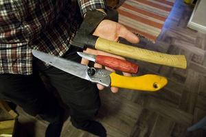 Hela arsenalen (nästan). Nisse Stormlod gör i stort sett alla sina projekt enbart med yxa, kniv och såg. Sandpapper äger han inte.