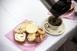 Kaffe med dopp. Ett hejdundrande gammeldags kafferep med inte sju, utan 37 olika sorters kakor bjöd PRO i Järbo in till i går. Kaffet serverades i gamla tunna porslinskoppar.