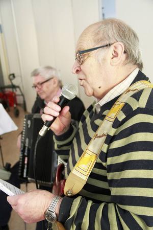 Gösta Strömbom och Urban Rollin spelade och sjöng om liljor och luffare och många andra ting.