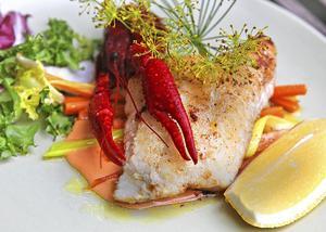 Kräftor kan även serveras till stekt fisk. Här en gösfilé med kräftgarnityr.   Foto: Dan Strandqvist