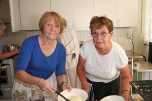Barbro Melin och Birgitta Sundin hade det snärjigt för att effektuera alla ostkakebeställningar.