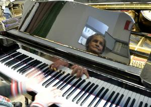 Hon klev in som pianist för tio år sedan. Nu ger Ulla Britta Broth och Veteranorkestern en jubileumskonsert.