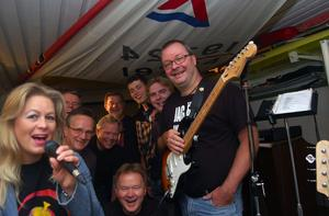 Eight Hits and a Miss är namnet på ett nytt band i Mora. Missen är Marie Ödman som är frontfigur i bandet uppbackad med åtta grabbar. Foto:Hans Olander