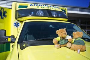 Ordenssällskapet W:6 skänkte hundra stycken nallar till ambulansen för att de ska kunna ge det till barn i olyckor.  Inget som symboliserar regionens personalpolitik precis.