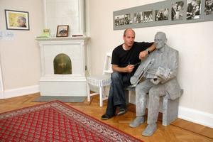 SPELMANSLIV. Vd Michael Näslund bredvid en staty av riksspelmannen Eric Sahlström. I höst blir det åter liv i folkmusikinstitutet i Tobo då det blir ettåriga spel- och danskurser.
