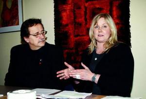 Socialdemokraterna Jens Nilsson och Marie Nordén tycker att regeringen ska ge mer pengar till kommunerna. Foto: Filip Gustafsson