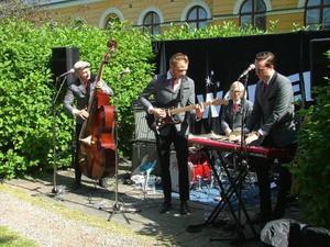 Tomas Södergren, Jerry Ask, Emil Karlsson och Erik Englund gav järnet i 60-talslåtarna. Saknades för dagen gjorde The Womens gitarrist Johan Nilsson.