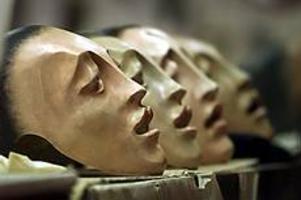 Arkivbild: GD Kvinnokör. Masker av Donato Sartori till Folkteaterns uppsättning �Sagan om Orestes�.