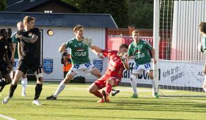Gustav Sundström och Peter Rosendal ser bollen passera och landa i Bragemålet. Bild: Mikael Forslund